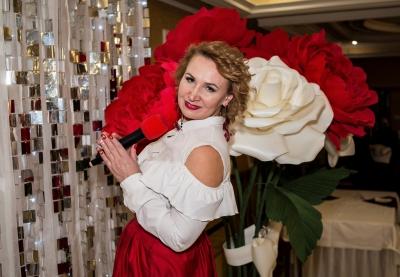 Ведущая Ирина Максютова